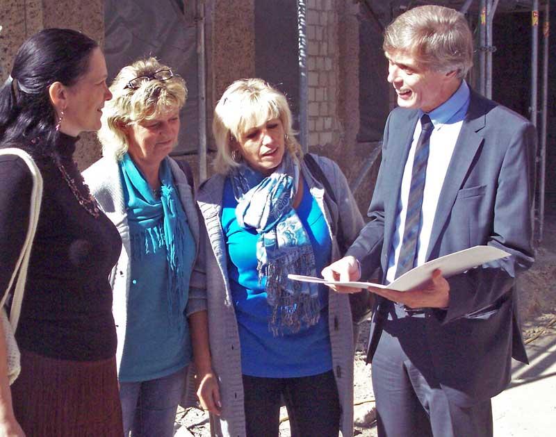Burkhard Jungkamp überreicht Bewilligungsbescheid (Foto: jl)