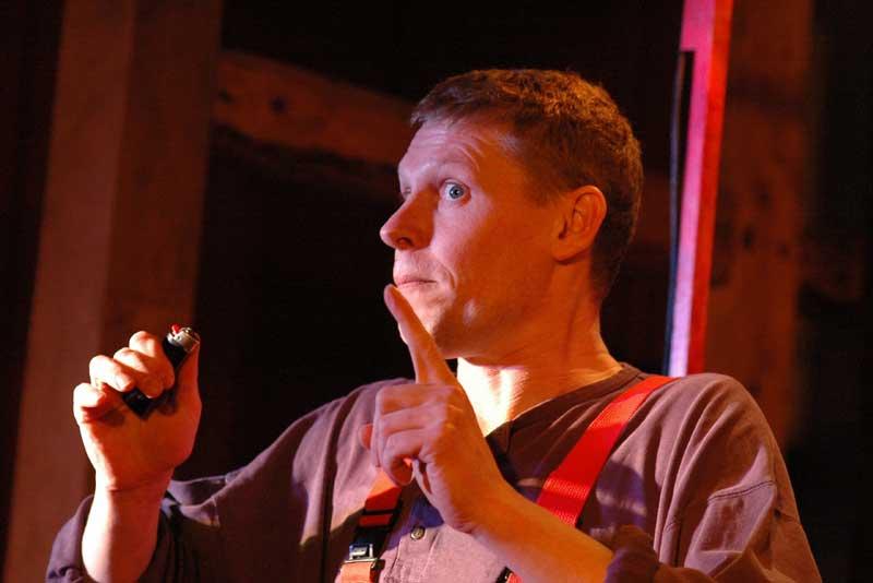 Henrik Rosenquist Andersen spielt Das Feuerzeug. (Foto: Andersens Koffer Theater)