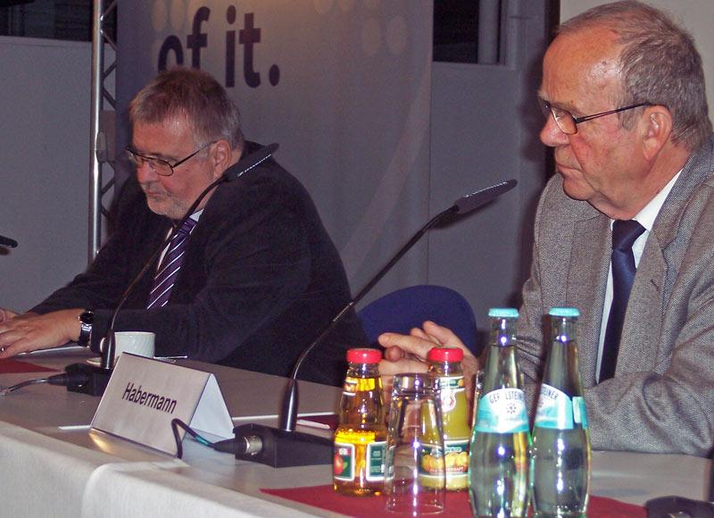 Staatssekretär Rainer Bretschneider (links) und Bernd Habermann, Vorsitzender der Fluglärmkommission (rechts). (Foto: jl)