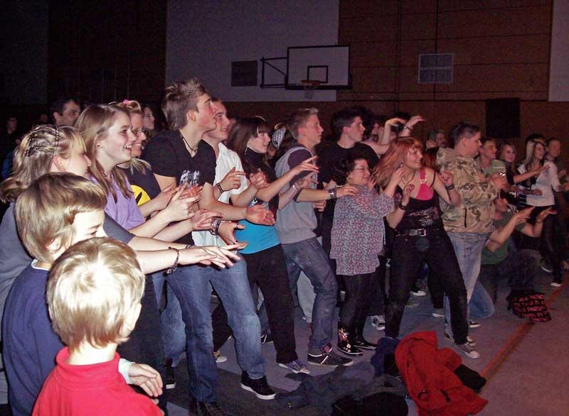 Das junge Publikum tanzt mit. (Foto: jl)