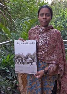 Der neue Kalender des Eichwalder Heimatvereins ist ein willkommenes Gastgeschenk in Indien. (Foto: Burkhard Fritz)