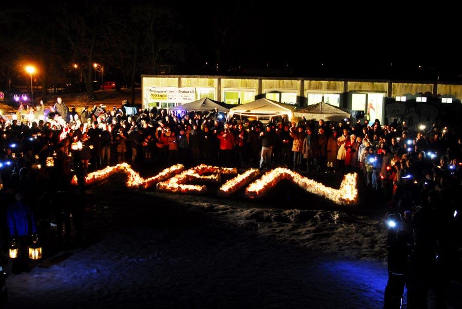 Mit einem NEIN aus Kerzen setzten am vergangenen Sonnabend rund 1.000 Menschen in Zeuthen ein Lichtzeichen gegen Fluglärm. (Foto: BLiZ, Kai-Uwe Küchler)
