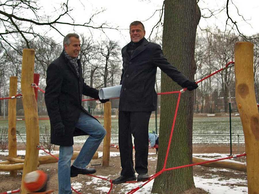 Bürgermeister Bernd Speer (rechts) testete zusammen mit dem Schulzendorfer Amtskollegen Markus Mücke die Festigkeit der Kletterseile. (Foto: Peter Springer)