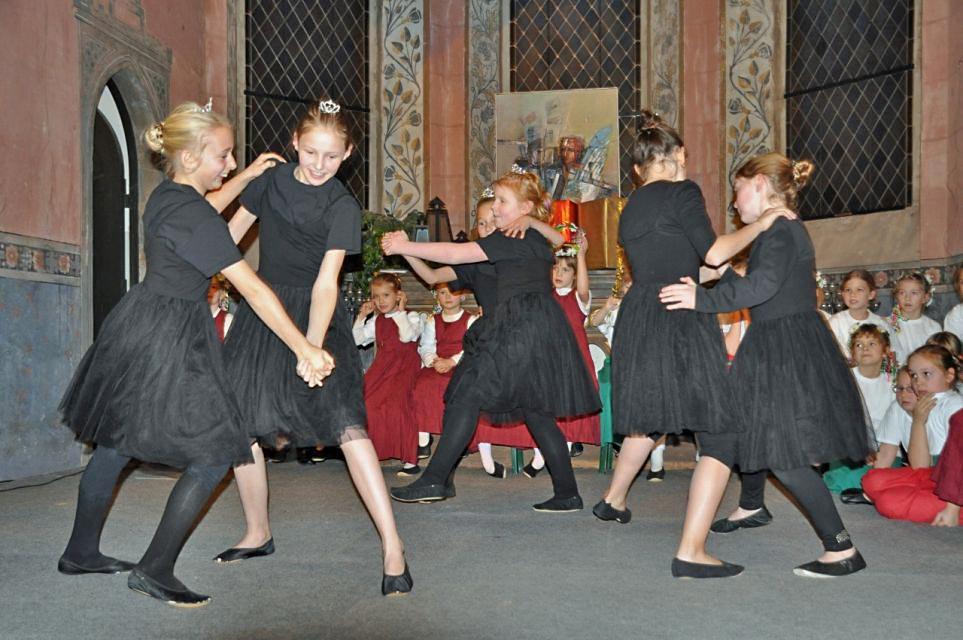 Kinder tanzten in der Patronatskirche im Rahmen der Kinderweihnacht. (Foto: Herbert Burmeister)