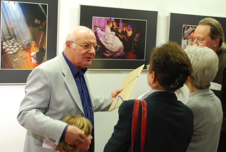 Frank Müller erklärt Ausstellungsbesuchern wie die Fotos in Ägypten entstanden. (Foto: Burkhard Fritz)