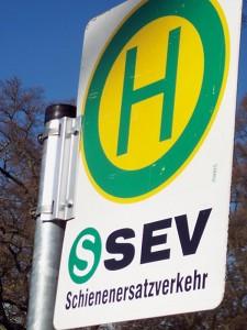 Bushaltestelle des Schienenersatzverkehrs in der Eichwalder August-Bebel-Allee. (Foto: Jörg Levermann)