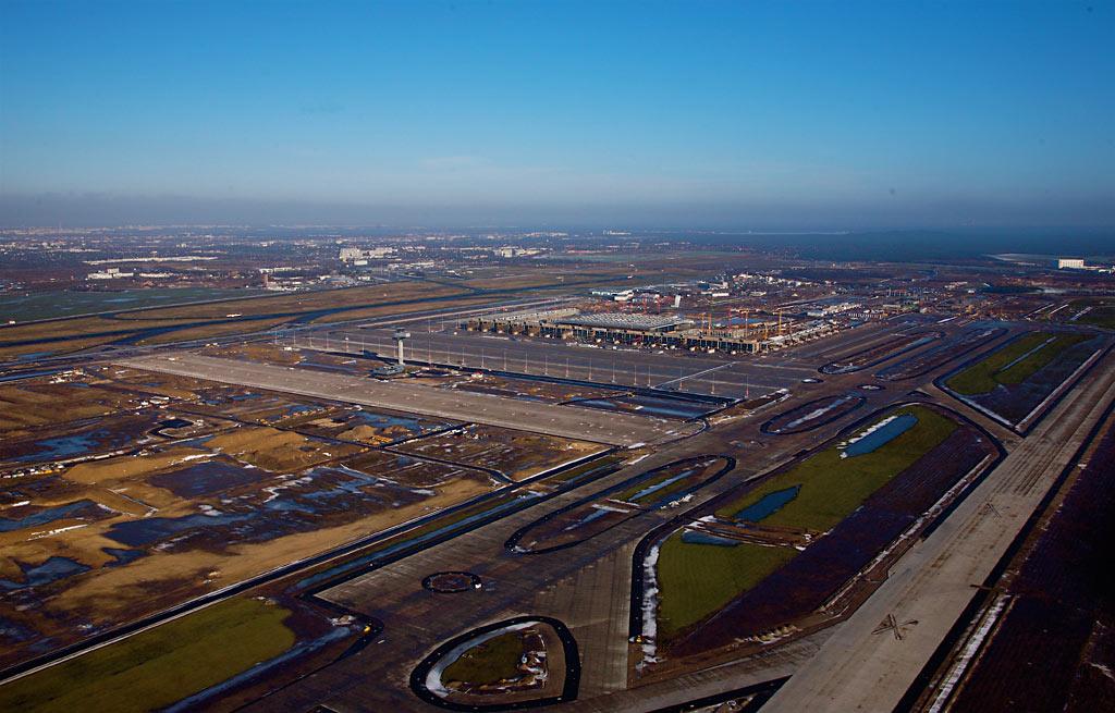 Blick von Südwesten auf den BBI. Im Vordergrund rechts die neue Start- und Landebahn. (Foto: Dirk Laubner, Berliner Flughäfen)