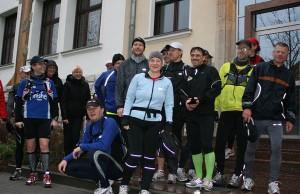 Ultra-Läufer machten einen Zwischenstopp am Rathaus in Eichwalde. (Foto: Jörg Levermann)