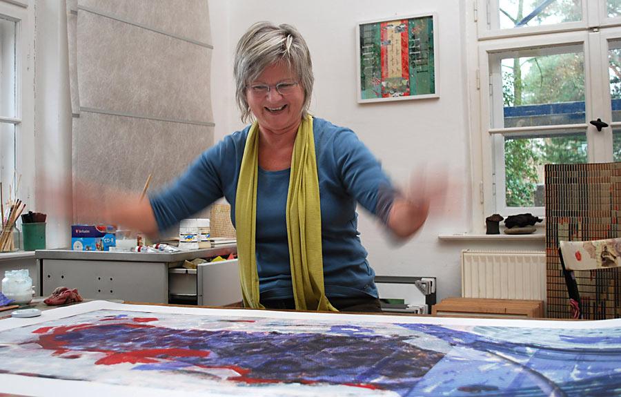 Gisela Gräning in ihrer Werkstatt. Sie zeigt ihre Bilder in der Alten Feuerwache. (Foto: Burkhard Fritz)