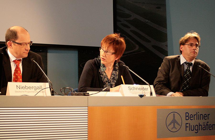 Pressekonferenz mit Hans Niebergall (links), Leiter der Berliner DFS-Niederlassung, Kathrin Schneider, Vorsitzende der Fluglärmkommission und Jens-Uwe Schade, Pressesprecher des Ministeriums für Infrastruktur und Landwirtschaft. (Foto: Jörg Levermann)