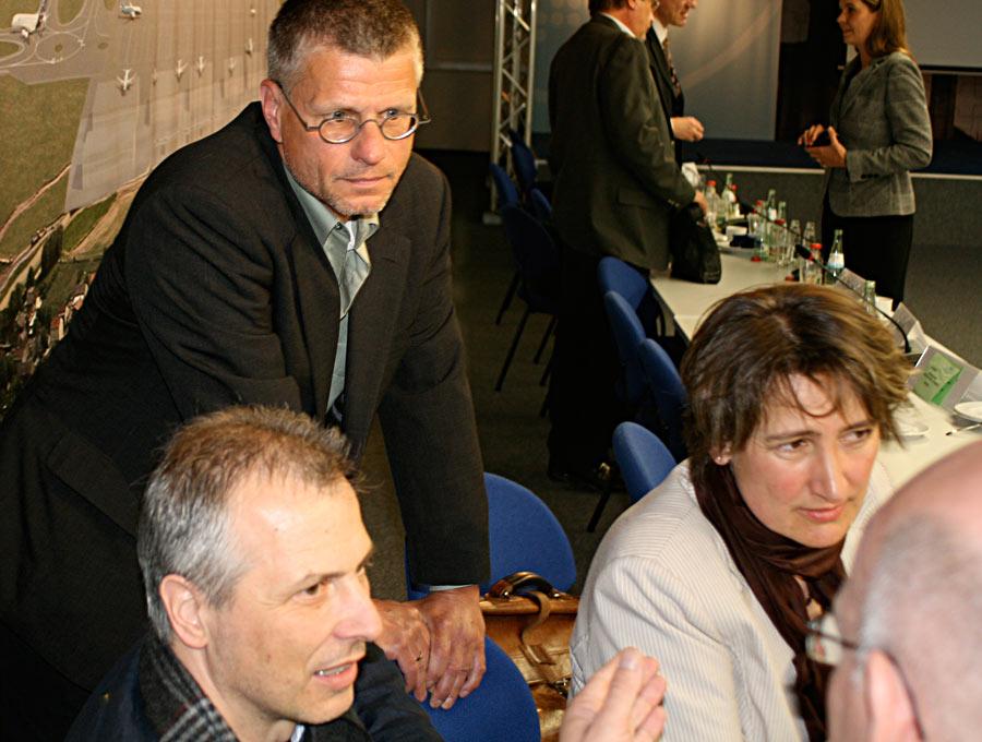 Zeuthens Bürgermeisterin Beate Burgschwieger (rechts) mit Schulzendorfs Anmtskollege Markus Mücke (links) und Bernd Speer (Eichwalde) diskutieren die Ergebnisse der Fluglärmkommission mit Landrat Loge. (Foto: Jörg Levermann)