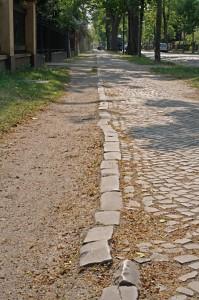 Gehweg an der Bahnhofstraße in Eichwalde. (Foto: Jörg Levermann)