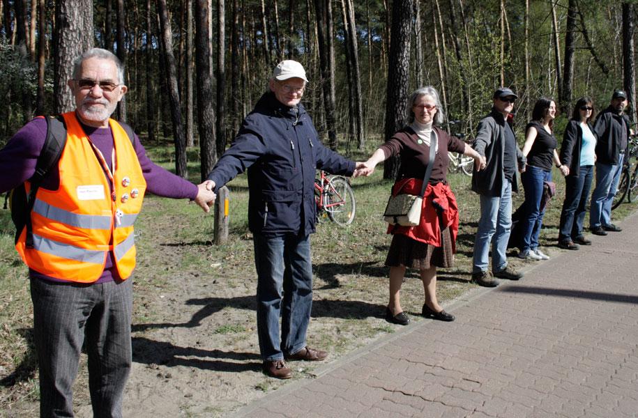 Wolf und Maria Carius (2. und 3. v. l.) aus Eichwalde waren Teil der Menschenkette gegenüber des Reifenwerks in Schmöckwitz. (Foto: Jörg Levermann)