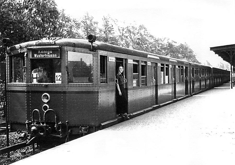 Die Elektrische 1957 am S-Bahnhof Eichwalde. (Foto: Heimatverein Eichwalde)