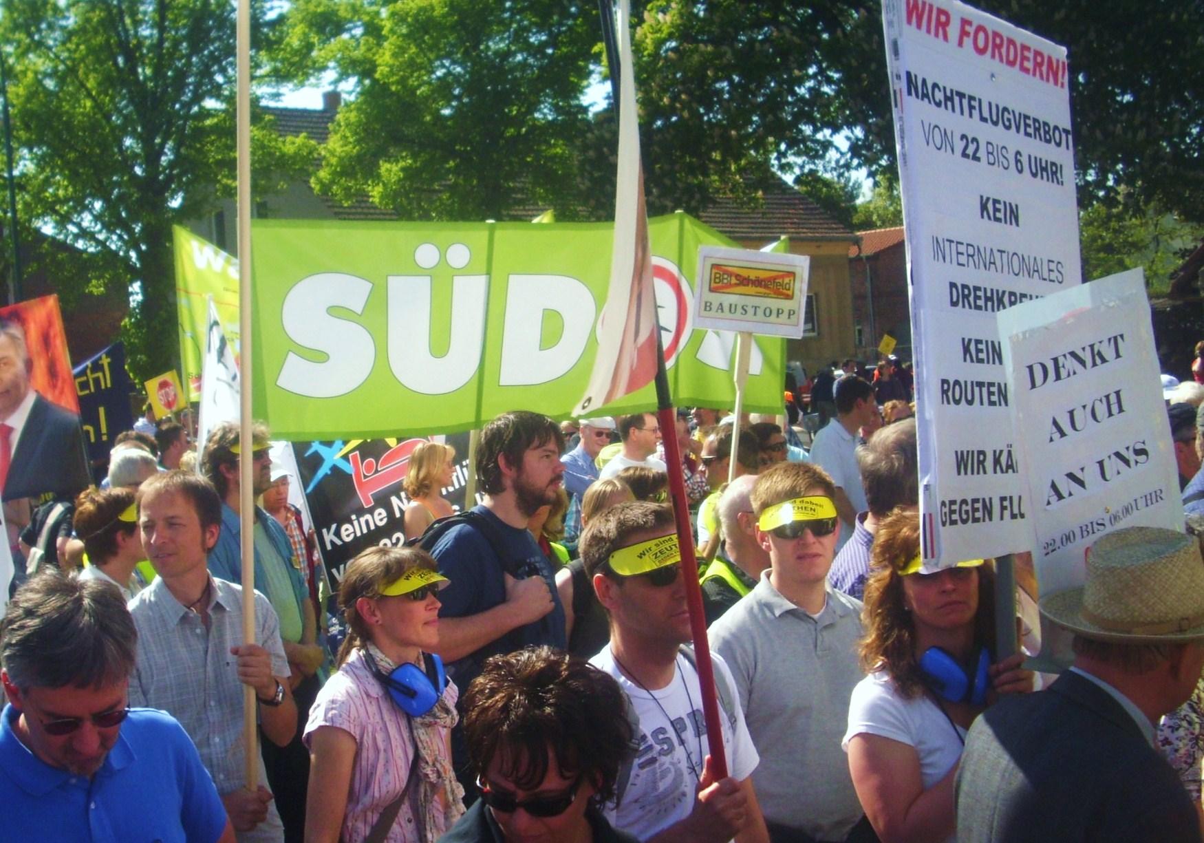 Rund 10.000 Demonstranten protestieren gegen Fluglärm (Foto:Florian Hälsig)