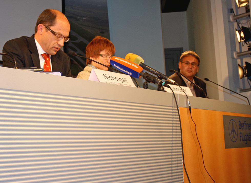 DFS-Niederlassungsleiter Hans Niebergall (links), Kathrin Schneider, Vorsitzende der Fluglärmkommission und MIL-Presseprecher Jens-Uwe Schade erklären der Presse die in der Kommission diskutierten An- und Abflugverfahren. (Foto: Vanessa Gettel)