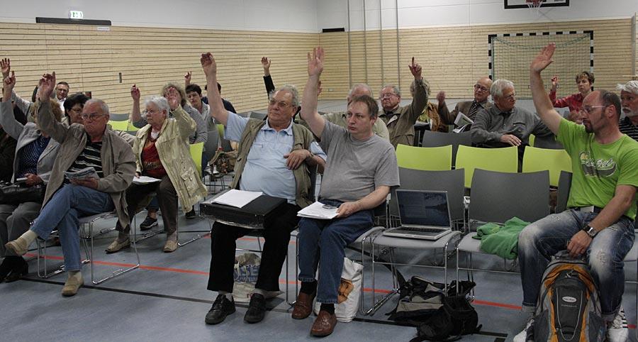 """Anwesende bei der Informations- und Protestveranstaltung des VDGN votierten für den """"Ludwigsfelder Appell"""". (Foto: Jörg Levermann)"""