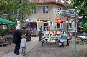 Festtagsstimmung vor dem Eichwalder Waldkindergarten. (Foto: Mathias Hausding)