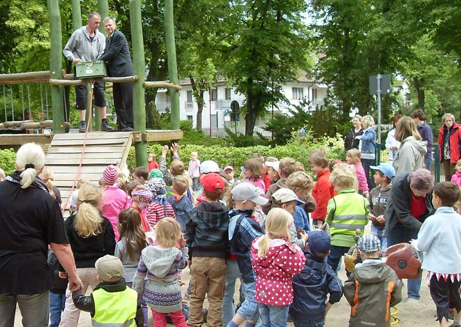 Bürgermeister Speer ließ am Händelplatz Bonbons regnen. Gemeindemitarbeiter Wilfried Krüger half ihm dabei. (Foto: Gemeinde Eichwalde, Doris Müller-Spaniel)