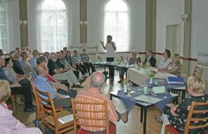 Bürger und Kommunalpolitik diskutierten über die Sanierung der Uferbahn. (Foto: Initiative Pro Uferbahn)