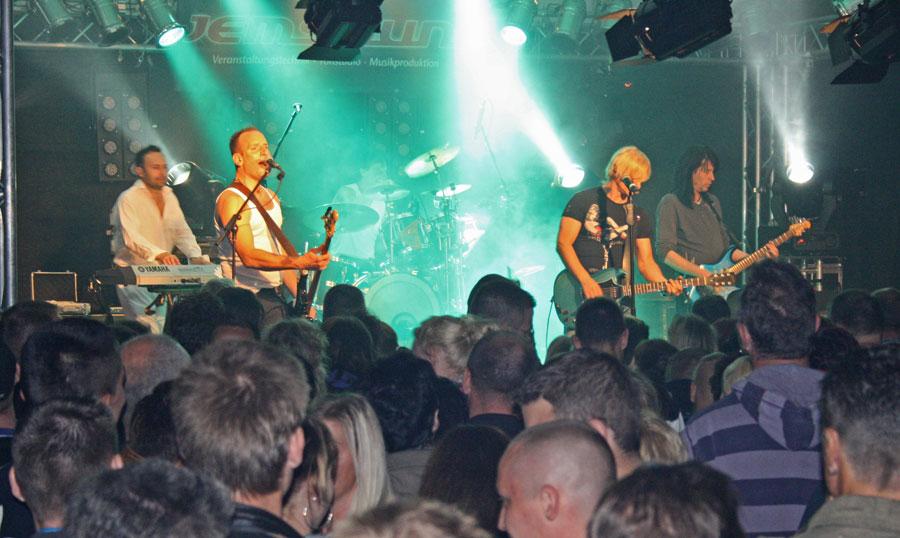 Die Brandenburger Rockband Six brachte die Menge im Festzelt zum Kochen. (Foto: Jörg Levermann)