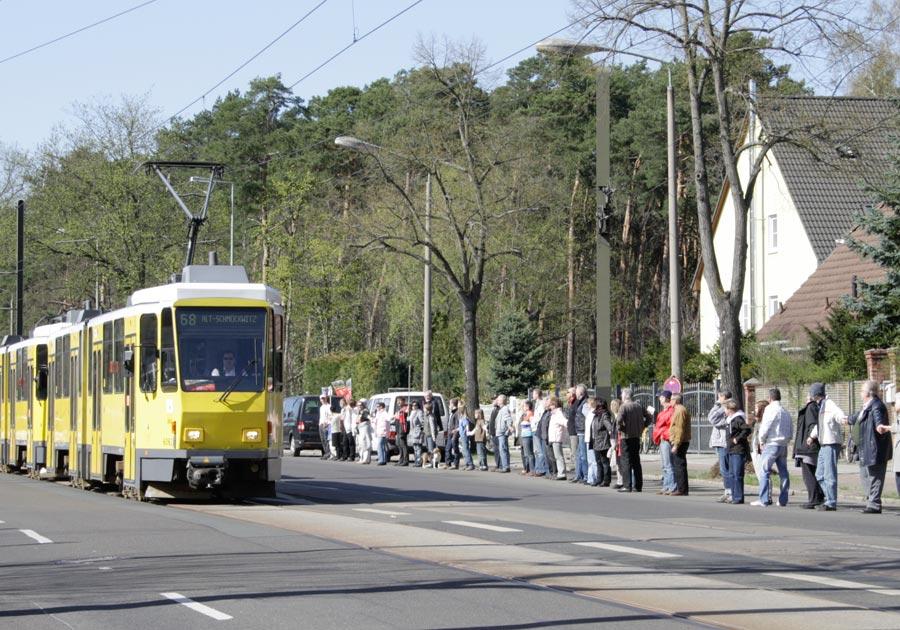 Noch im April demonstrierten Tausende in Schmöckwitz für den Erhalt der Uferbahn. Nun fordern Sie Antworten von Politik und BVBG. (Foto: Jörg Levermann)