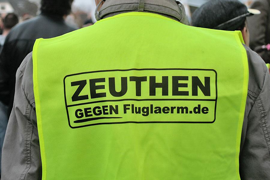 Mit markanten Westen protestieren Zeuthener gegen Fluglärm und neue Flugrouten. (Foto: Jörg Levermann)