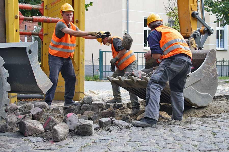 Bauarbeiter nahmen in der vergangenen Woche das Straßenpflaster der Fonateallee auf. (Foto: Jörg Levermann)