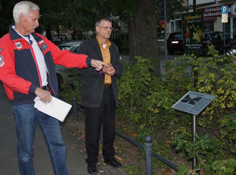 Herbert Boeck, Vorsitzender des Fördervereins Platz am Plumpengraben und Bürgermeister Bernd Speer enthüllten die neue Informationstaffel am Plumpengraben. (Foto: Jörg Levermann)