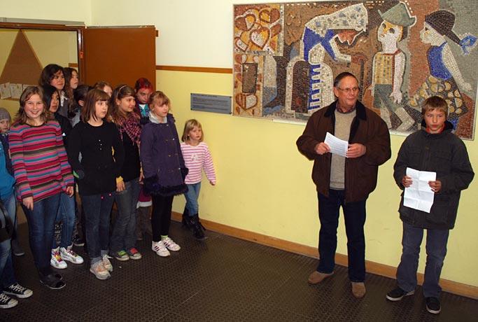 Ein Schüler der Humboldt-Grundschule und Ortschronist Wolfgang Fluegge informierten darüber, wie das Mosaik von Elisabeth Jeske in die Grundschule kam. (Foto: Burkhard Fritz)