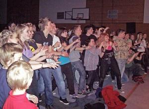 Teenager aus ganz Brandenburg bei der Ten Sing-Show im November 2010 in der Zeuthener Mehrzweckhalle. (Foto: Jörg Levermann)