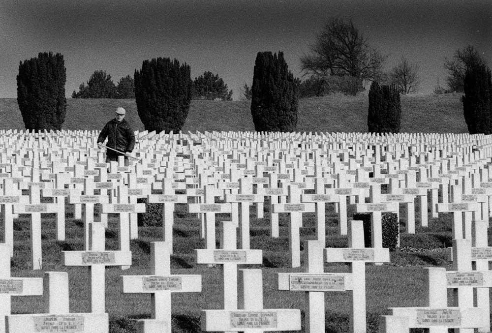 April 1988: Wer das Meer der Kriegsgräber in Verdun am Fort Douaumont gesehen hat, wird vom Ausmaß tief beeindruckt sein. (Foto: Jörg Levermann)