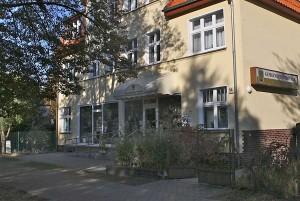 Zentral gelegen ist die Gemeindebibliothek an der Grünauer Straße 54 in Eichwalde. (Foto: Jörg Levermann)