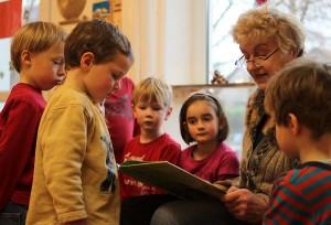 Vorlese-Oma Gisela Höhne im Kreise ihrer Waldkinder (Foto: Mathias Hausding)