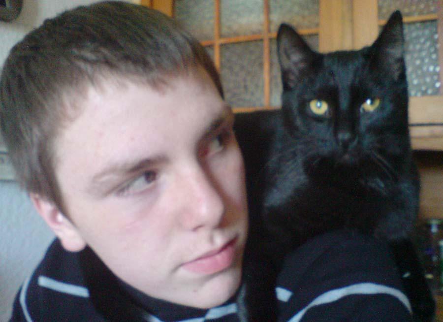 Felix entspannt sich auf Nicks Schulter. (Foto: Michaela Müller)