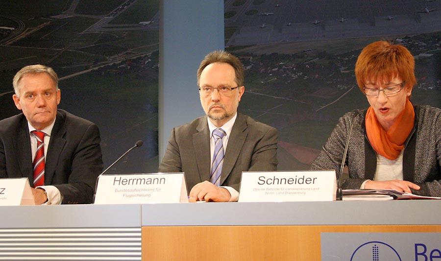 Von links: Rainer Schwarz, Sprecher der Geschäftsführung der Flughafen Berlin-Brandenburg GmbH, Nikolaus Herrmann, Chef des Bundesaufsichtsamtes für Flugsicherung, Kathrin Schneider, Vorsitzende der Fluglärmkommission.