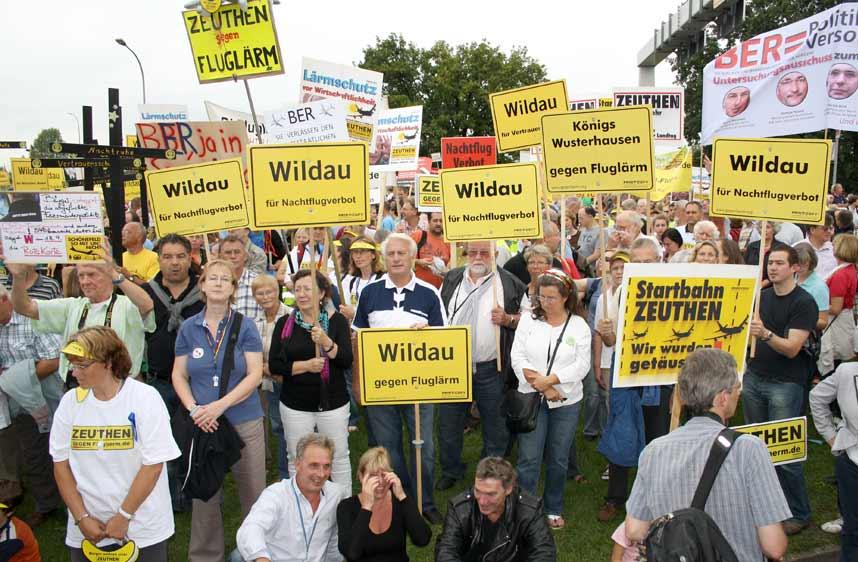 Demonstranten gegen Fluglärm am künftigen Hauptstadflughafen BBI, hier in Schönefeld, tragen ihren Protest immer häufiger in die Innenstadt von Berlin. (Foto: Jörg Levermann)