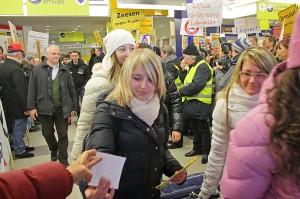Gelassen nahmen die Fluggäste den Lärm der Demonstranten im Terminal hin, zeigten sogar Verständnis. (Foto: Jörg Levermann)