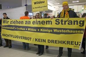 Gemeinsamer Protest beschwört Solidarität von Menschen aus Schulzendorf, Zeuthen, Wildau und Königs Wusterhausen. Eichwalde fehlte auf diesem Transparent. (Foto: Jörg Levermann)