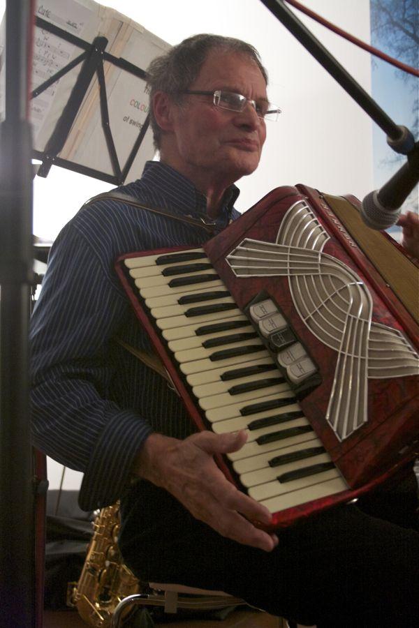 Klaus Diethe spielte die Schlussakkorde auf dem Akkordeon. (Foto: Jörg Levermann)