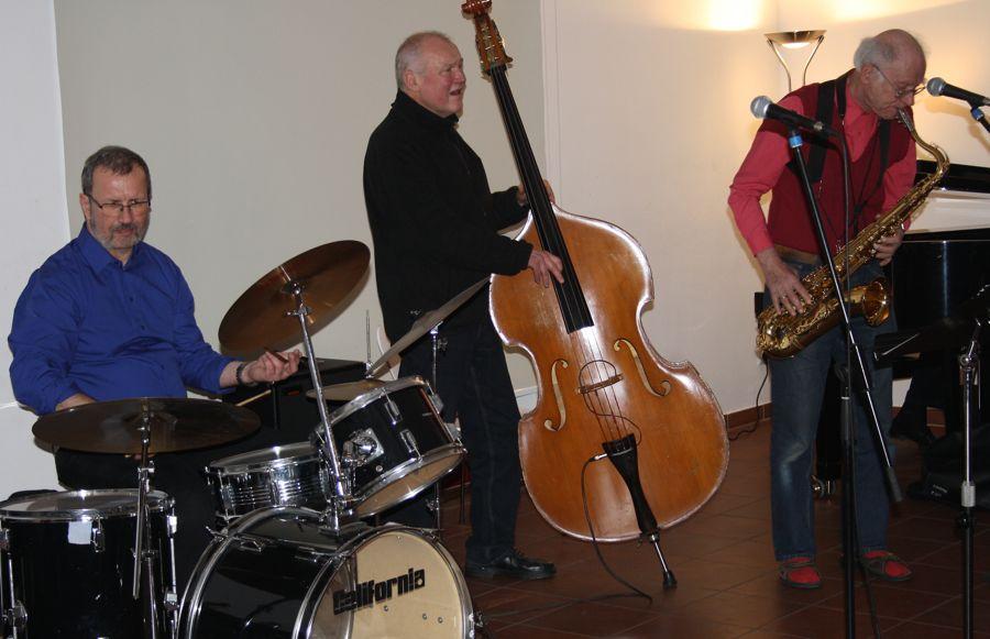Werner Scheel am Bass, Horst Ruderisch am Schlagzeug und Saxophonist Charlie Schade. (Foto: Jörg Levermann)