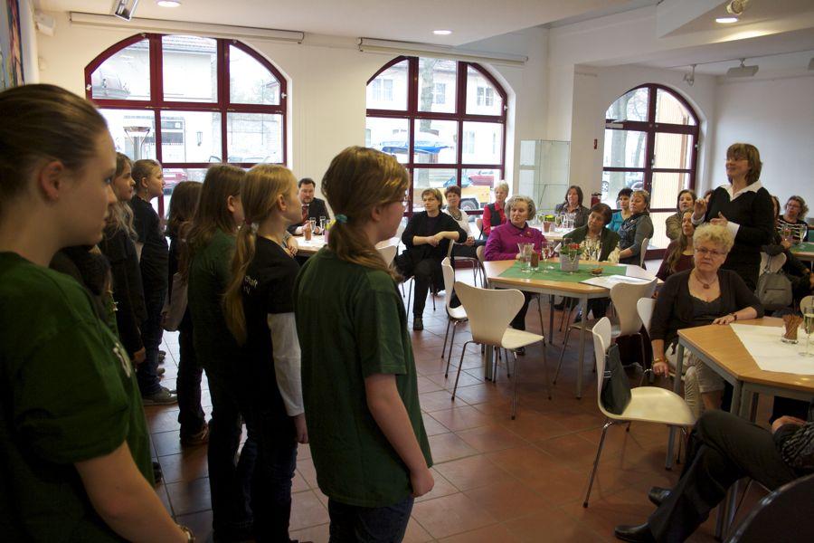 Der Kinderchor der Eichwalder Chorgemeinschaft sang zum Internationalen Frauentag. (Foto: Jörg Levermann)