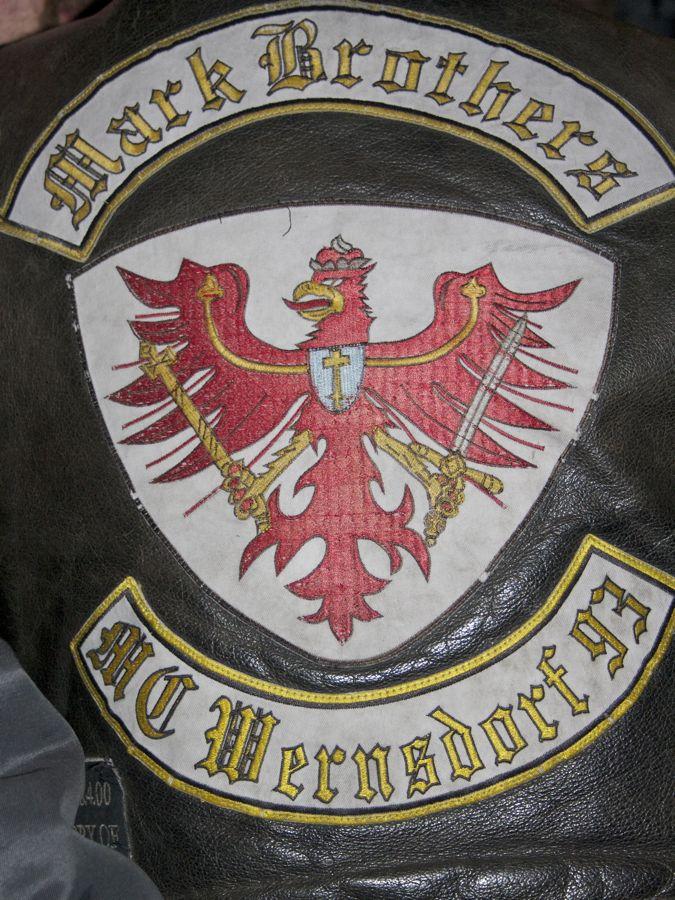 Stilecht: Lederne Kluft mit Klub-Emblem. (Foto: Jörg Levermann)