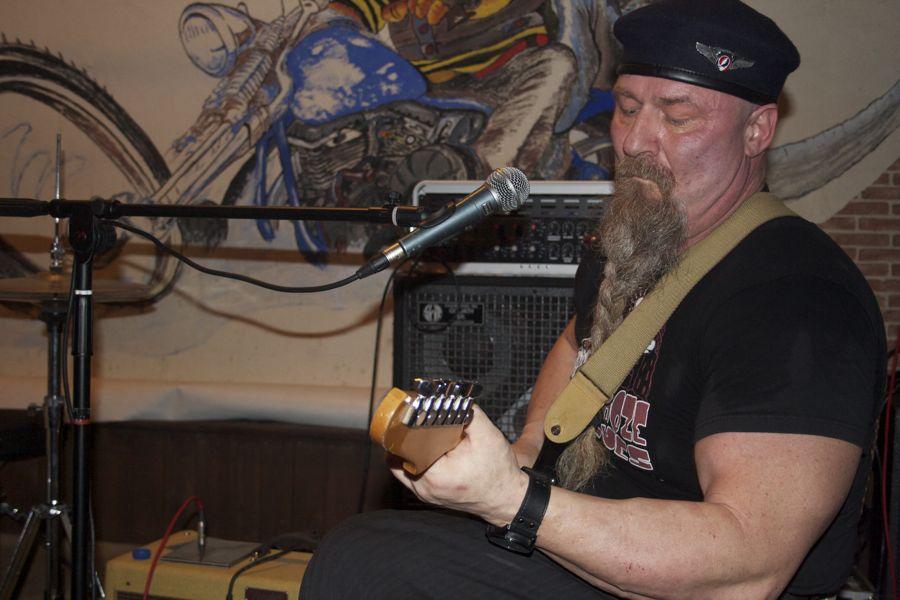 Sepp Maciuszczyk, einer der beiden Gitarristen bei Lausitzblues. (Foto: Jörg Levermann)