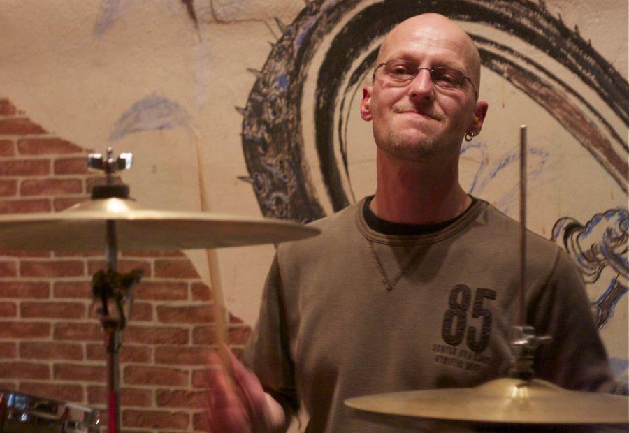 Silvio Remus ist Schlagzeuger bei Double Vision. (Foto: Jörg Levermann)