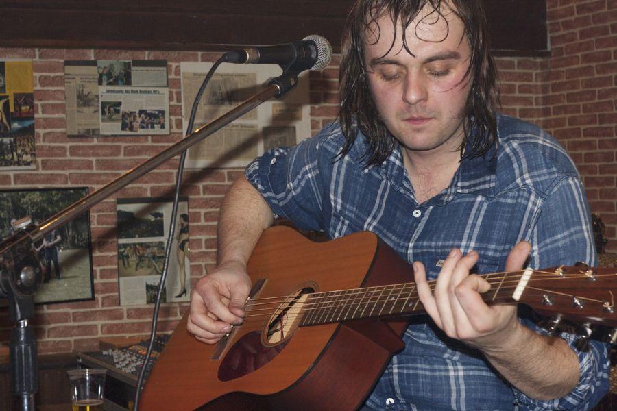 Stephan Graf an der akustischen Gitarre. (Foto: Jörg Levermann)