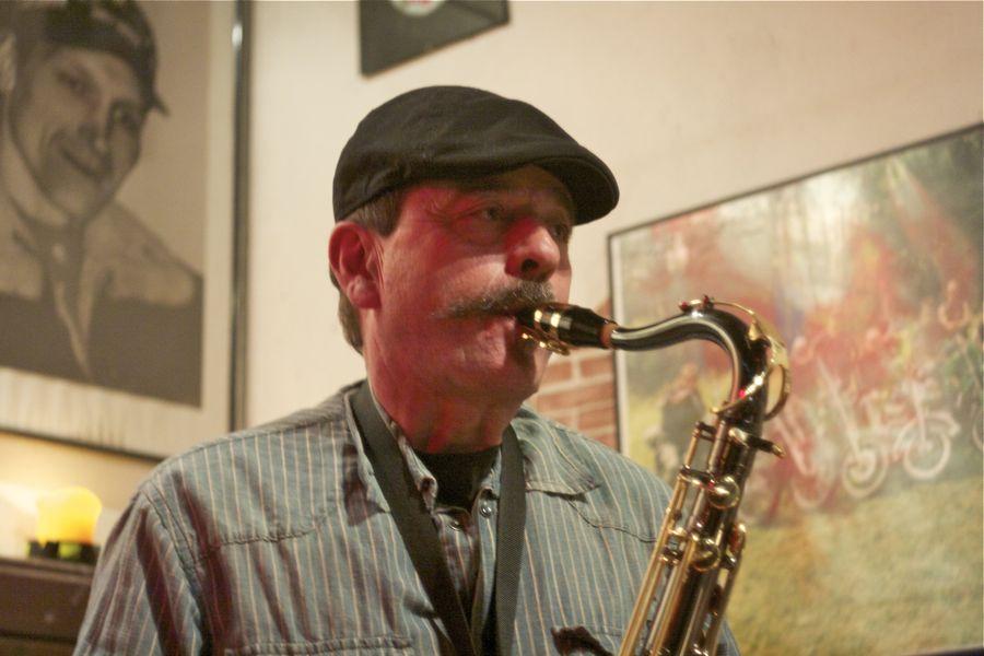 Friedel Graf, der Vater von Gitarrist Stephan Graf, kam Später mit seinem Saxofon dazu. (Foto: Jörg Levermann)