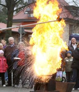 Die Fettexplosion gehört sicher zu den beeindruckendsten Demonstrationen der Freiwilligen Feuerwehr in Eichwalde. (Foto: Oliver Hein)