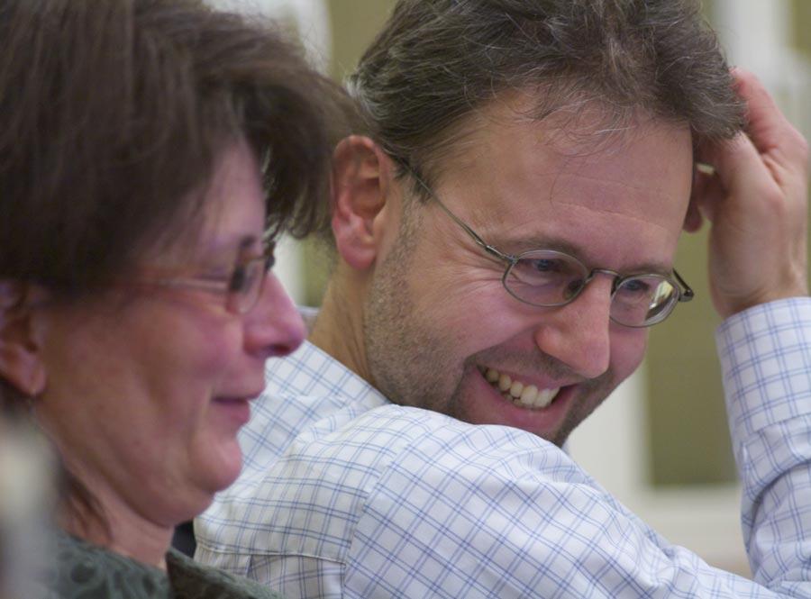 Britta Arnold und Sven-Olaf Moch (WIE-Fraktion) hatten Spaß am Zahlenwerk des Kämmerers. (Foto: Jörg Levermann)