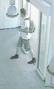 Unbekannter beim Betreten der Sparkassenfiliale. (Foto: Polizei)